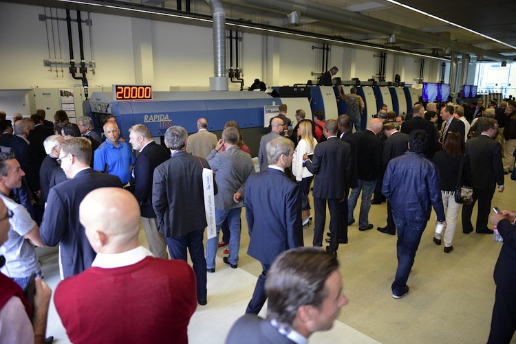 The experts were welcomed to the customer center by a Rapida 106 running at 20,000 sheets/hr.