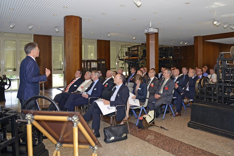 KBA boss Claus Bolza-Schünemann pledged his commitment to print and to the almost 200-year-old press manufacturing site in Würzburg in front of numerous guests from the world of politics, science and the industry on the first day of the production open house.