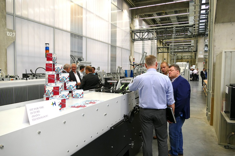The Diana Smart 80 folding carton gluing machine got new options such as the collapsible box module that enables four- and six-corner cartons. Eighty percent of all standard folding cartons can thus be produced with the Diana Smart.